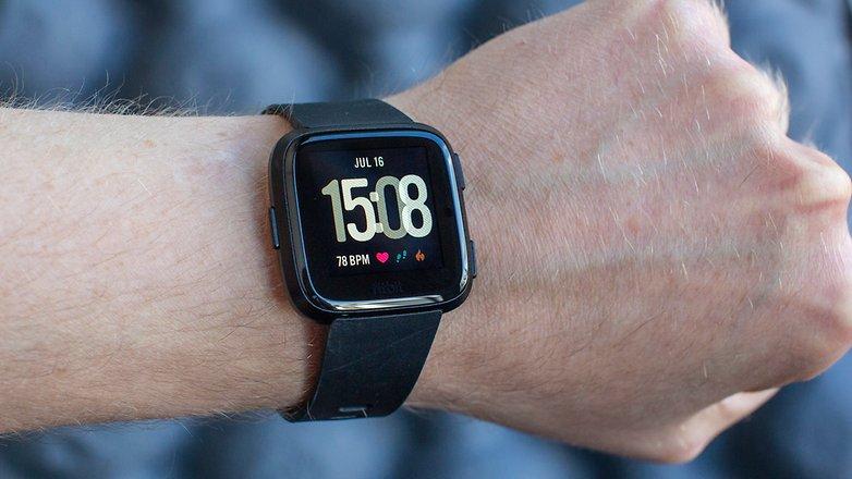 Лучшие умные часы для спорта: Fitbit Versa
