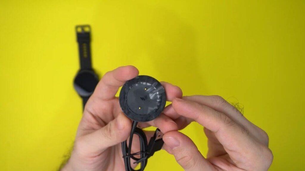 Xiaomi Mi Watch: Распаковка и комплектация - магнитное зарядное устройство